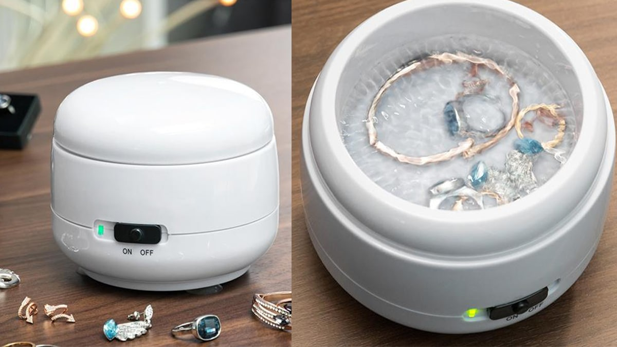 On the left side: a white colored compact jewelry cleaner. On the right side: jewelry is cleaned in a Jewelry cleaner